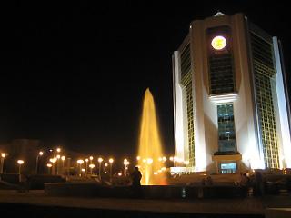 Фонтан перед новым Домом Правительства Чувашии